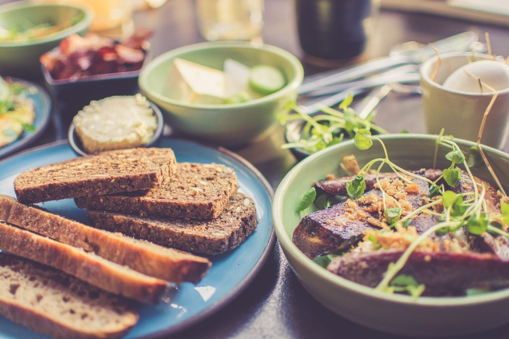 como cenar saludable para no cometer excesos
